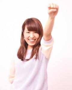 左手を上げた女性